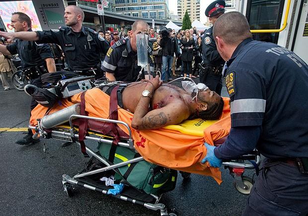 Homem ferido após ataque de atirador em shopping em Toronto, no Canadá, em 2 de junho de 2012 (Foto: AP)