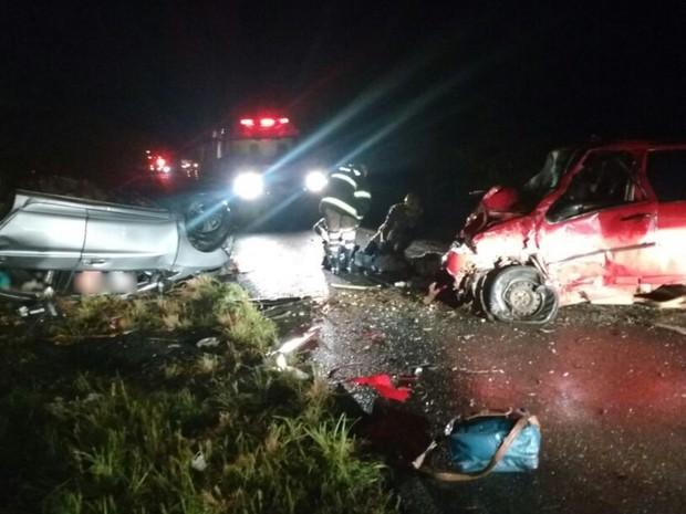 Carros batem de frente em acidente na BR-020, em Flores de Goiás (Foto: Divulgação/ Corpo de Bombeiros)