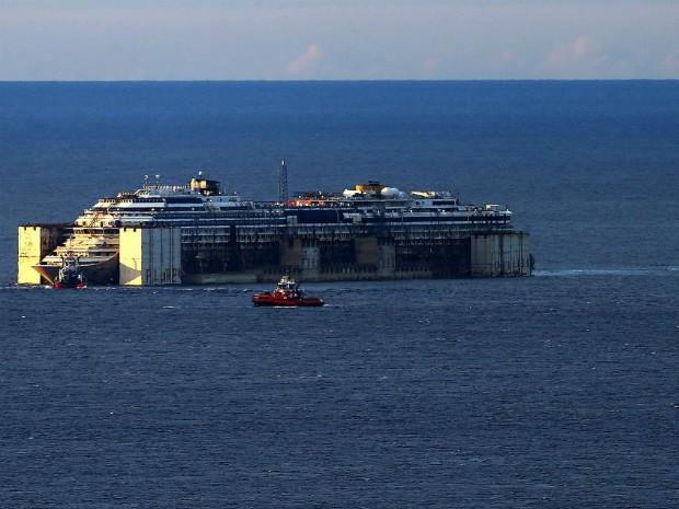 Navio Costa Concórdia é rebocado perto do porto de Gênova, na Itália, onde será atracado e desmontado (Foto: Stefano Rellandini/Reuters)