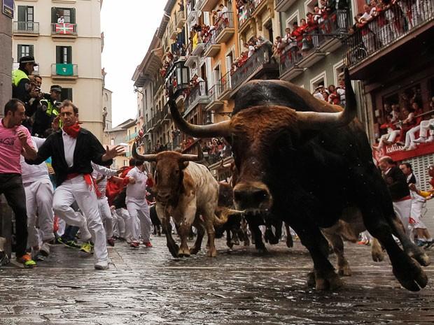 G1 festa tradicional com touros nas ruas deixa tr s feridos na espanha not cias em mundo - Pamplona centro historico ...