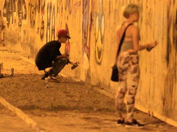 Justin Bieber foi flagrado grafitando muro em São Conrado na madrugada de terça-feira (Foto: Delson Silva e Gabriel Reis / AgNews)