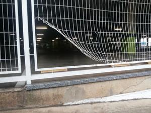 Funcionário arrebentou parte da grade e conseguiu escapar durante assalto  (Foto: Cesar Evaristo/ TV TEM)