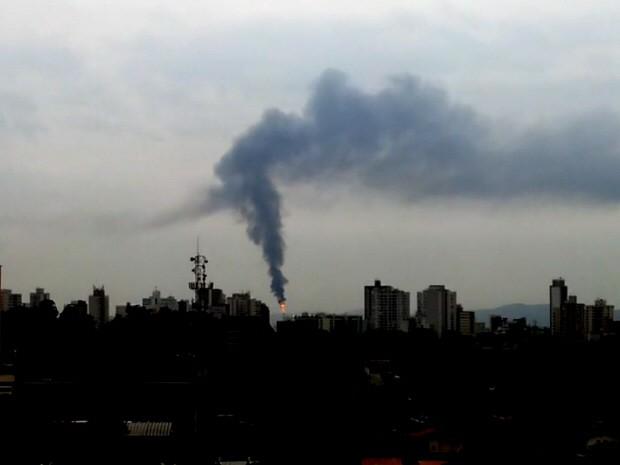 'Flare' da Refinaria Henrique Lage, em São José dos Campos, vista da zona oeste da cidade (Foto: Ademir Ribeiro/ TV Vanguarda)