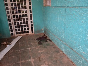 Sangue marcou o local onde a vítima caiu depois de ser baleada na cabeça (Foto: Matheus Henrique/G1)