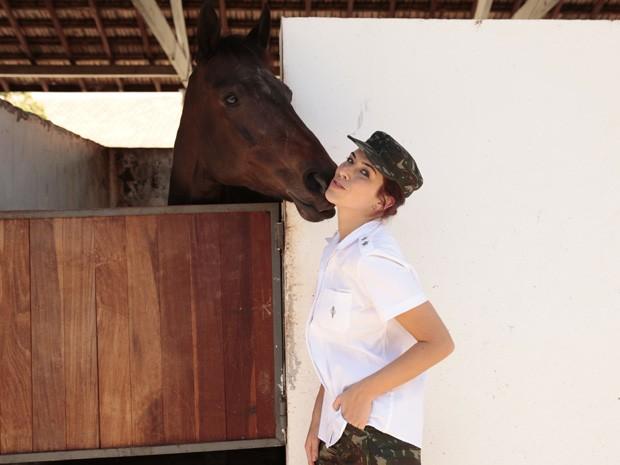 Em ´Salve Jorge´ Fernanda Paes Leme interpreta veterinária do exército (Foto: Salve Jorge / TV Globo)
