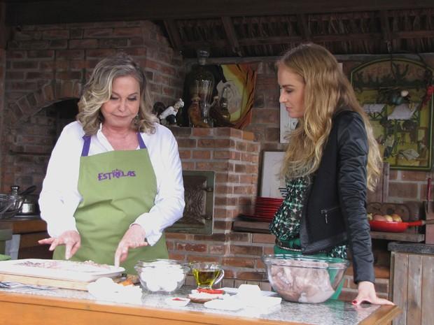 Em seu cantinho especial, Pepita prepara lula (Foto: Estrelas/TV Globo)
