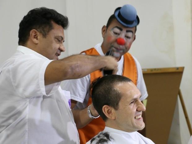 O superintendente da PRF, Arthur Nogueira, também raspou os cabelos na ação de combate ao câncer (Foto: Nathália Lorentz/G1)