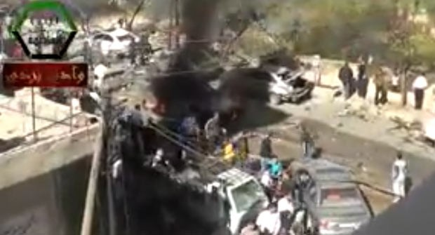 Imagem divulgada na Internet por militantes mostra o local da explosão nesta sexta-feira (25) (Foto: AFP)