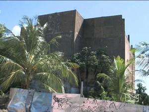 Construção abandonada no Turu foi tomada pela vegetação (Foto: Reprodução/TV Mirante)
