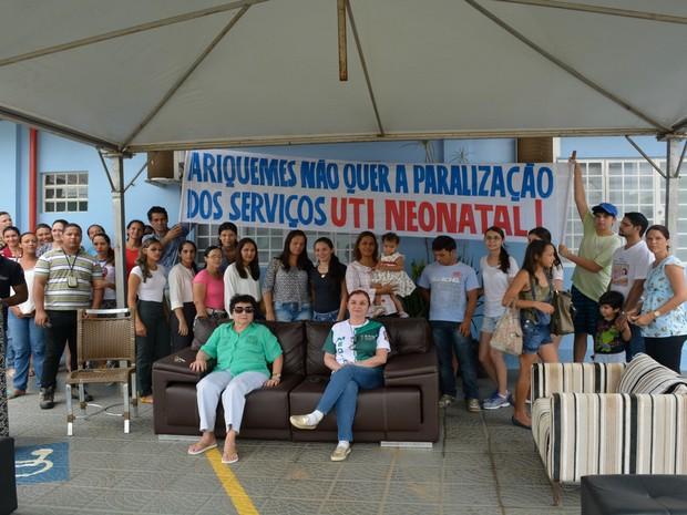 Médica montou tenda em frente a clínica para protestar com greve de fome em Ariquemes (Foto: Franciele do Vale/G1)