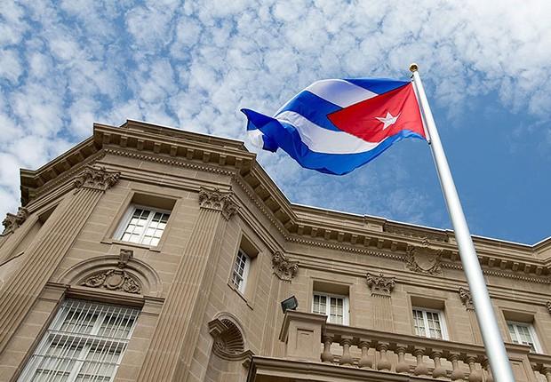Bandeira de Cuba é vista diante da embaixada do país em Washington, nos EUA (Foto: Andrew Harnik/REUTERS)