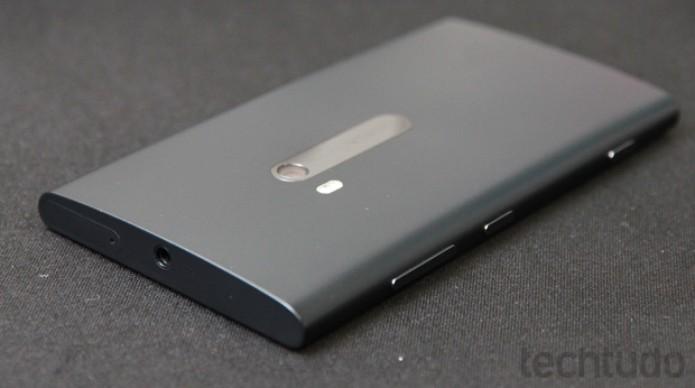 Traseira do Lumia 920, conector para fone de ouvido e os botões de bloqueio, volume e foto  (Foto: Allan Melo / TechTudo)