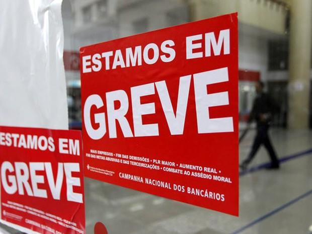 Cartazes de greve colocados em agência bancária em São Paulo. (Foto: REUTERS/Fernando Donasci)
