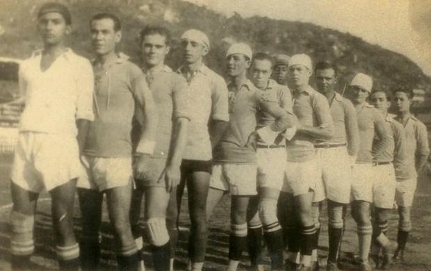 Time do Vitória-ES em 1927, foto mais antiga do clube (Foto: Acervo de Joel Fernando Brinco Nascimento/Divulgação)