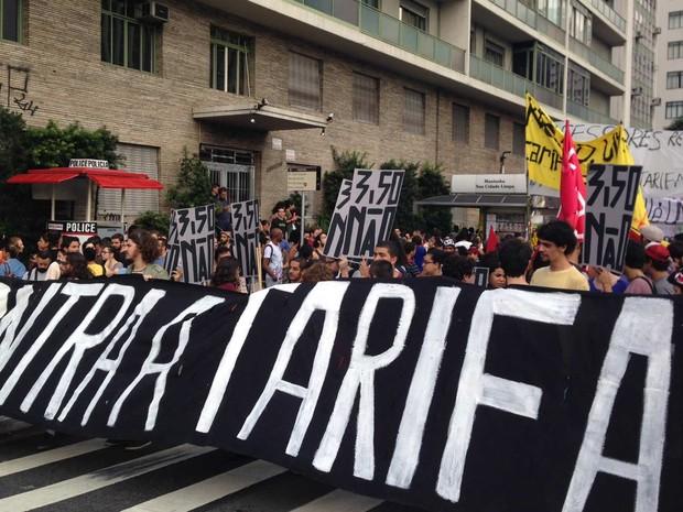 Manifestantes se posicionam na Avenida Paulista. Tendência é que grupo desça a Consolação rumo ao Centro. (Foto: Marcelo Mora/G1)