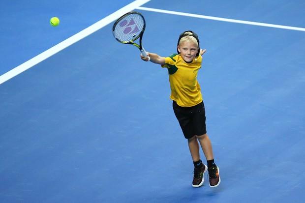 Criança jogando tênis (Foto: Brendon Thorne/Getty Images)