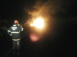 Duas carretas explodem após colisão na Bahia (Foto: Divulgação / Bombeiros)