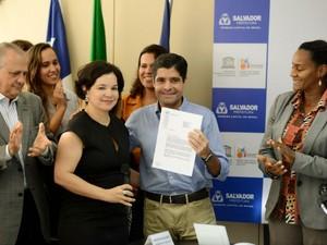 Coordenadora de Cultura da Unesco entregou documento de reconhecimento ao prefeito ACM Neto (Foto: Valter Pontes/Agecom)