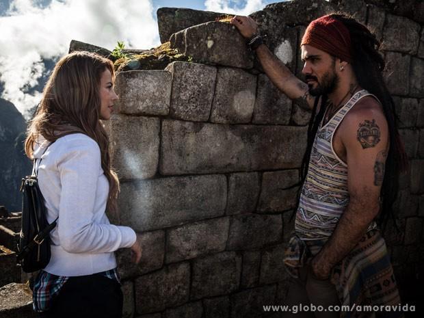 Ele leva Paloma a um lugar sagrado (Foto: Amor à Vida / TV Globo)