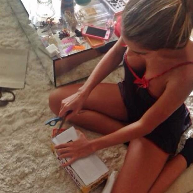 Ex-BBB Adriana usa pijama decotado (Foto: Instagram/ Reprodução)