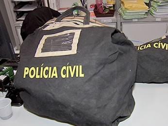 Documentos foram apreendidos na prefeitura e na casa do servidor contratado (Foto: Reprodução/TVCA)