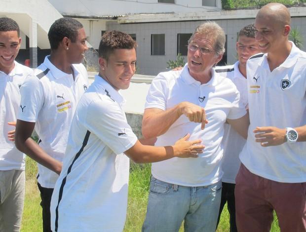 Oswaldo de Oliveira com os jovens que lançou e Sebastião Leônidas (Foto: Thales Soares)