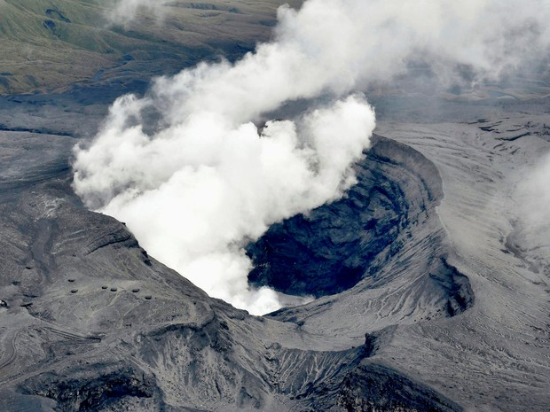 Monte Aso começou a expelir fogo subitamente na manhã de sábado (Foto: Kyodo/Reuters)