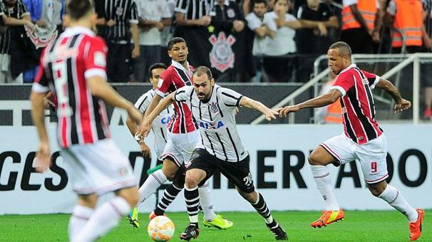 São Paulo e Corinthians no jogo de abertura da Libertadores; nesta quarta, dia 22, os times se enfrentam novamente (Foto: Marcos Ribolli/globoesporte.com)
