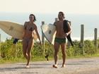 Após surfe, Juliano Cazarré passeia na praia com a mulher