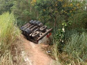 Carreta que transportava combustível tombou na MGC-265 perto de Mercês (Foto: Corpo de Bombeiros/Divulgação)
