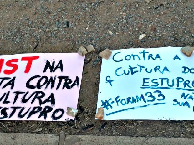 Manifestantes espalharam cartazes em praça de Cuiabá (Foto: Lislaine dos Anjos/G1)