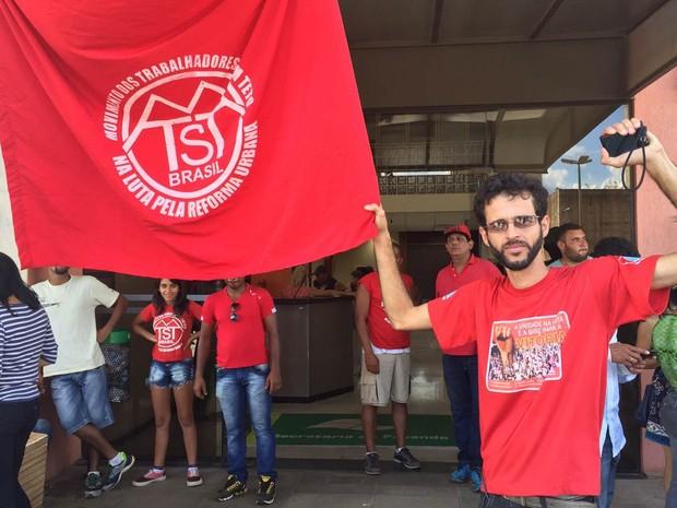 Sérgio Leonel, coordenador do MTST, posa em frente ao prédio ocupado da Secretaria da Fazenda (Foto: Jéssica Nascimento/G1)