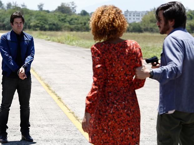 Jonas decide se entregar para salvar Verônica (Foto: Fábio Rocha/Gshow)