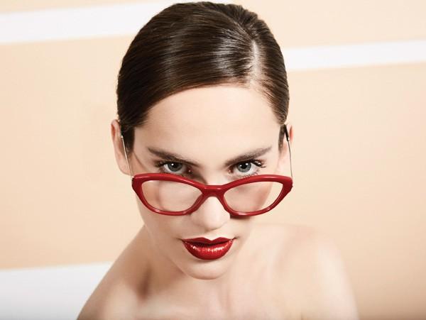 Combine a armação vermelha com os lábios da mesma cor e deixe o resto do make bem natural (Foto: Pedro Bonacina)
