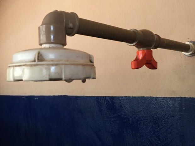 Adaptação foi instalada em 22 chuveiros da unidade (Foto: Gabriela Pavão/ G1 MS)