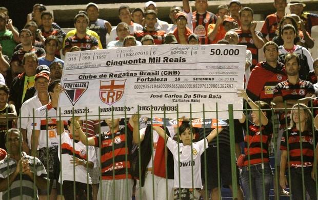 torcida do campinense binca com o crb - cheque gigante (Foto: Magnus Menezes / Jornal da Paraíba)