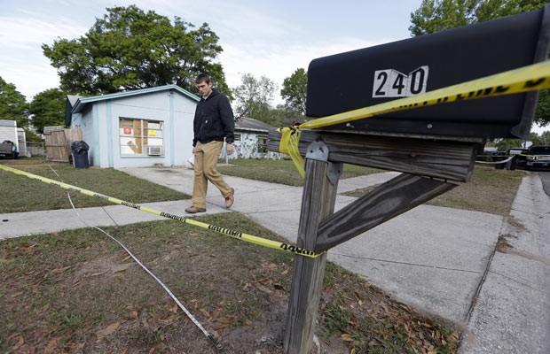 Engenheiro em frente à casa onde buraco surgiu nesta sexta-feira (1º) na Flórida (Foto: AFP)