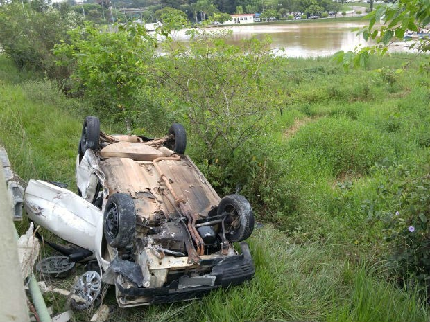 Motorista abandona carro em fábrica de bebidas após capotamento (Foto: Jomar Bellini / G1)