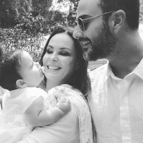 Carolina Ferraz com o marido, Marcelo, e a filha, Anna Izabel (Foto: Reprodução)