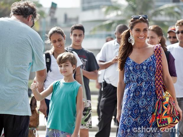 Vitor Figueiredo cumprimenta o diretor João Boltshauser e Giovanna Antonelli é só sorrisos (Foto: Inácio Moraes/ TV Globo)
