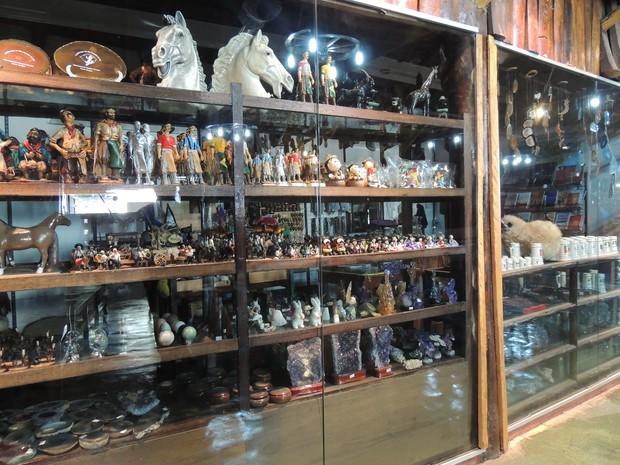 Artigos da cultura gaúcha são vendidos em loja anexa à churrascaria Galpão Crioulo em Porto Alegre (Foto: Renan Silveira/G1)