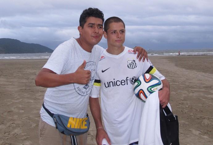 Chicharito Hernandez praia Santos (Foto: Bruno Giufrida)