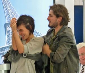 Casal chega ao aeroporto em clima de romance (Foto: TV Globo)
