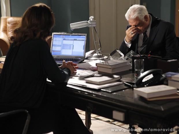 Preocupado, César conversa com a diretora da clínica sobre o estado da filha (Foto: Amor à Vida / TV Globo)