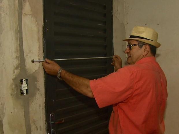 Francisco Regino dos Santos reforçou a segurança em casa (Foto: Marlon Tavoni/EPTV)