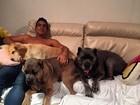Sem camisa, André Marques posa com seus cachorros após festa