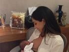 Andréa Santa Rosa amamenta o filho recém-nascido
