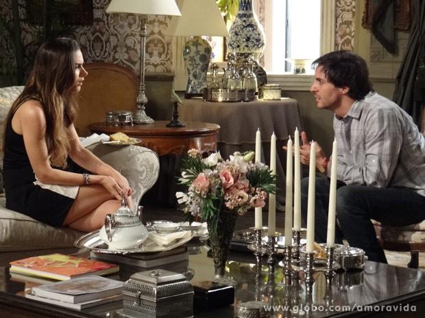 Gata se irrita com o namorado (Foto: Amor à Vida/ TV Globo)