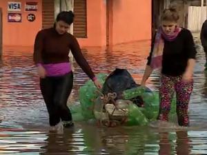 Moradores tentam salvar pertences em Gravataí (Foto: Reprodução/RBS TV)