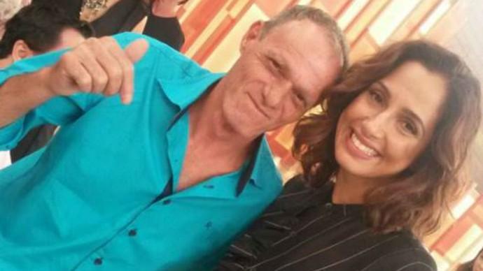 Seu Euripedes aproveitou para tirar foto com a atriz Camila pitanga (Foto: Acervo pessoal)